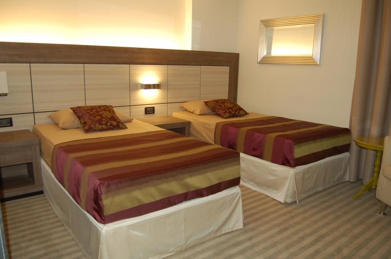 غرفة نوم فندق 12 – العقيل للأثاث